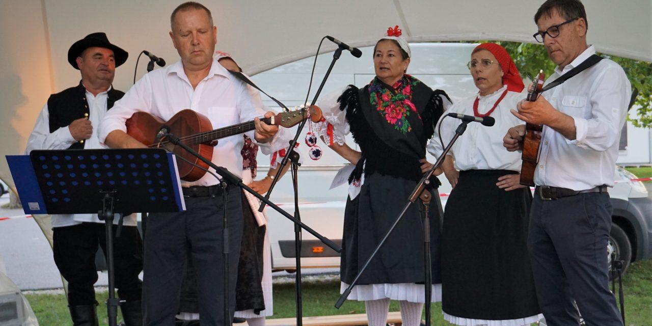 Tamburaši HKD Pomurje nastupili na Etno večeri u Moravskim Toplicama.